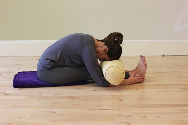 Seated Forward Bend (Paschimottanasana) via flckr https://www.flickr.com/photos/yogamama-co-uk/5446335974/