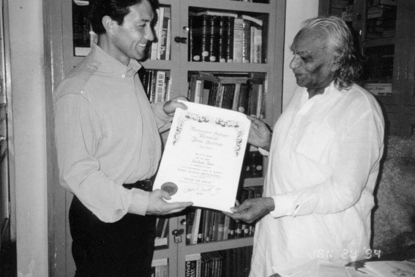 Gustavo with B.K.S. Iyengar in India